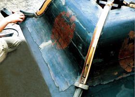 剥離し始めた古い漆塗膜の修復